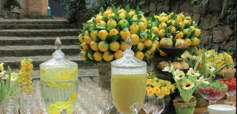 mesa decorada com limão siciliano