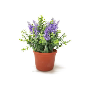 foto arranjo floral artificial de lavanda lilás e buxinho verde em vaso plástico cor terracotta